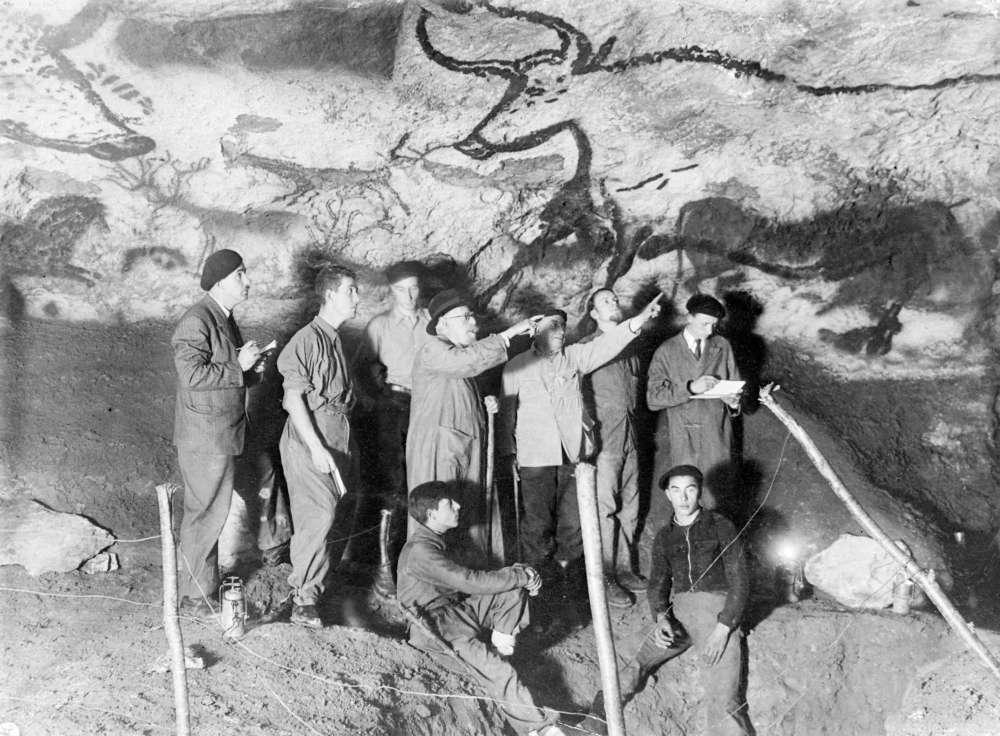 Le préhistorien Henri Breuil (3e à droite) dans la grotte de Lascaux à Montignac (24).