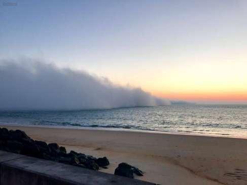 Un de nos internautes a saisi la vague de nuages rasant l'océan dimanche soir