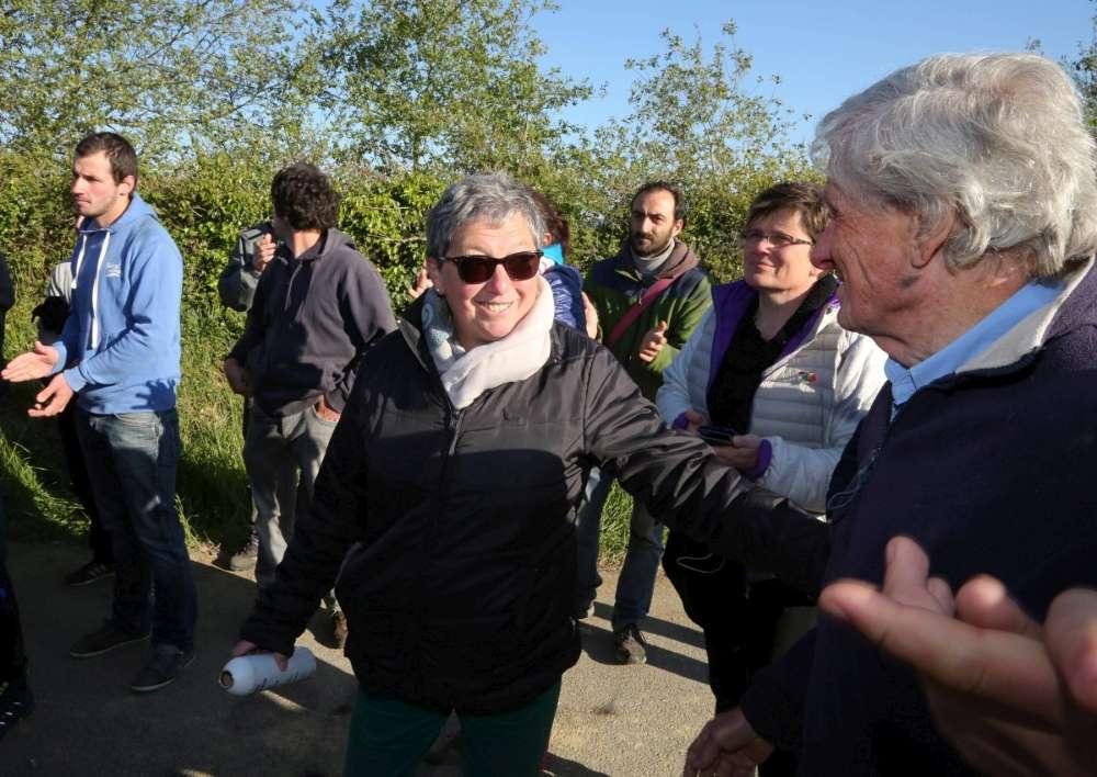 Les manifestants félicitent la propriétaire de la ferme après le départ des forces de l'ordre