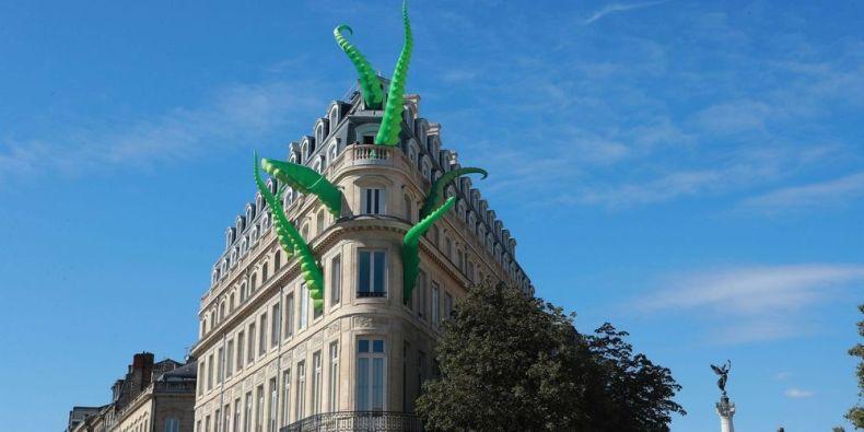 La pieuvre géante sur l'immeuble du CIVB à Bordeaux
