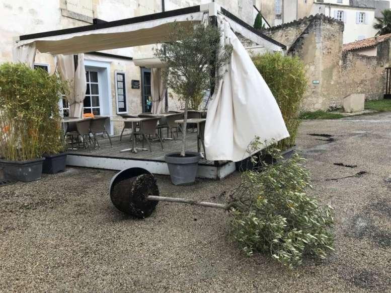 À Saint-Jean-d'Angély, peu de dégâts mais le restaurant Le Scorlion, situé à l'Abbaye royale, a dû surveiller sa terrasse...