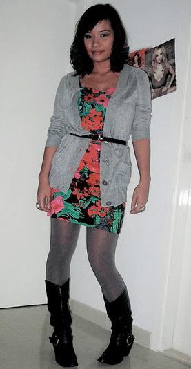 A garota também usou o cardigã com vestido floral, mas ficou mais moderno com a bota e a calça metalizada.