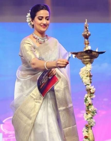 Anchor Manjusha saree pics