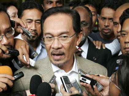 Mr Anwar Ibrahim speaks to the media before his arrest today.