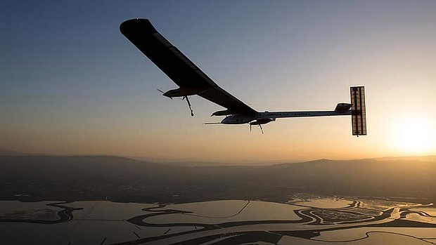 Historic trip: Solar Impulse flies from San Francisco Bay, California to Phoenix, Arizona.
