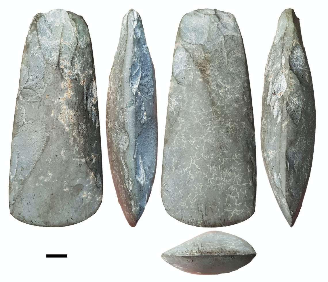 Kapak batu adalah alat penting untuk membuka hutan dan membuat kano.