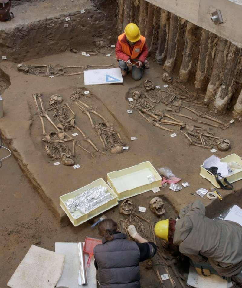 Un grupo de personas desentierra esqueletos