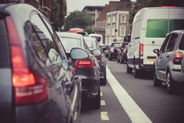 السيارات في ازدحام مروري.