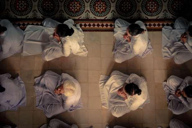منظر جوي لأشخاص في الصلاة.