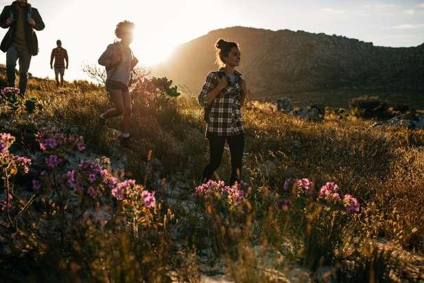 صورة لأشخاص يتنزهون في الطبيعة.