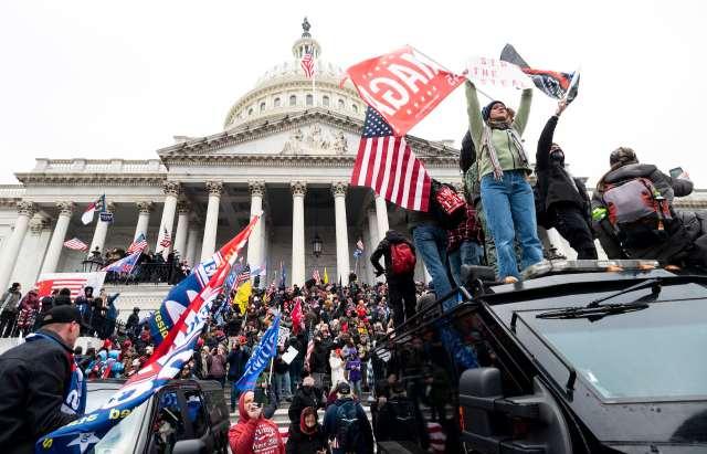 Trump-Anhänger schwenken Trump- und Confederate-Flaggen auf den Stufen des Kapitolgebäudes