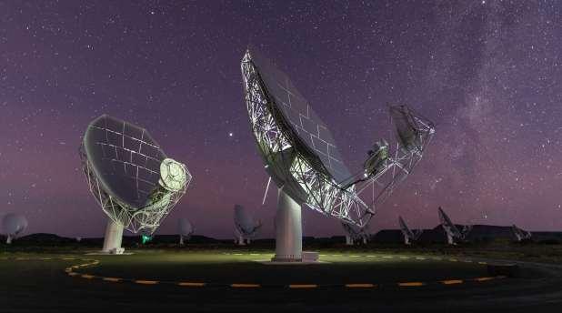 يتم توجيه اثنين من أطباق الأقمار الصناعية الضخمة حتى نحو السماء ليلا