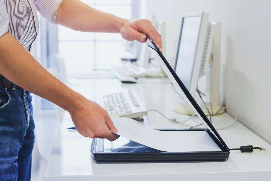 Una persona escanea formularios en el trabajo.