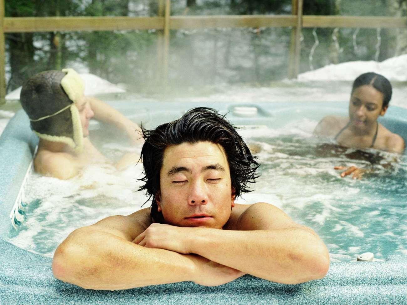 Tre amici in una vasca idromassaggio.