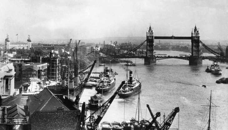 Tower Bridge over the Thames river, London, photograph: circa. 1910.
