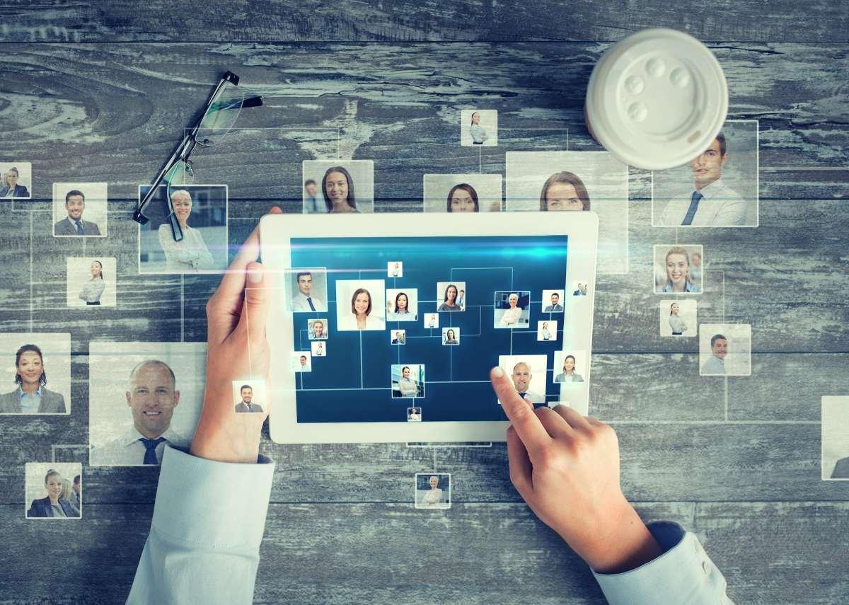 Ipad menampilkan gambar beberapa orang di web untuk mengilustrasikan jejaring sosial