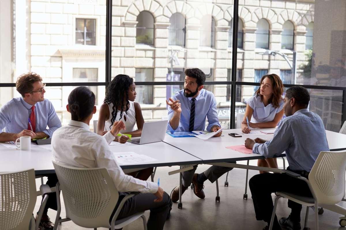 Sekelompok pengusaha duduk di meja