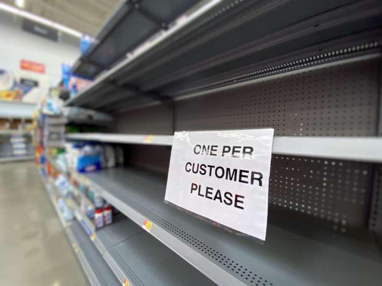 Estantería de supermercado vacía con el cartel de 'uno por cliente'