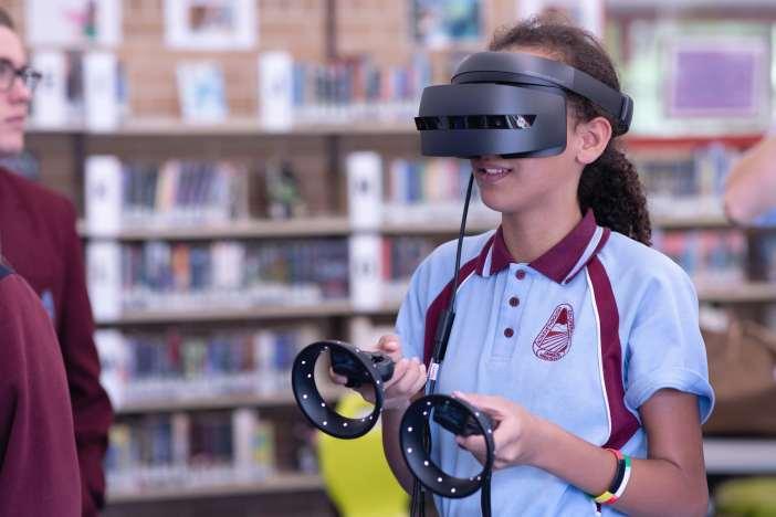 Person, die ein erweitertes Reality-Headset in einer Bibliothek trägt.
