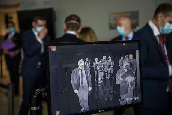 Une caméra thermique mesure la température des personnes présentes lors d'une visite du premier ministre Jean Castex à l'aéroport Roissy-Charles de Gaulle, le 24 juillet 2020.