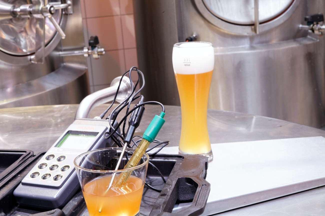 birra con strumenti di analisi in un birrificio