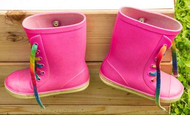 Une paire de petites bottes roses d'enfants