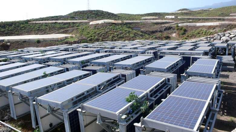 Granja de energía solar en el campo