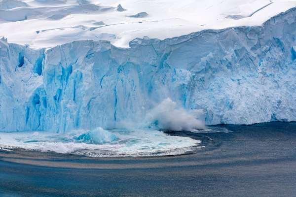 Desprendimiento de un glaciar en la Península Antártica.