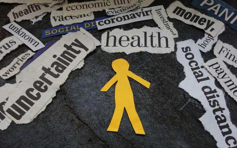 Figura recortada de papel amarillo frente a las palabras de salud mental