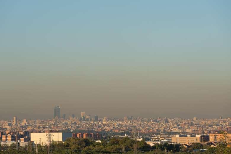Cielo oscuro por la contaminación sobre Madrid