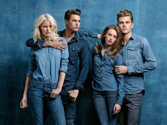 Une image de mode représentant deux hommes et deux femmes portant des vêtements en jean