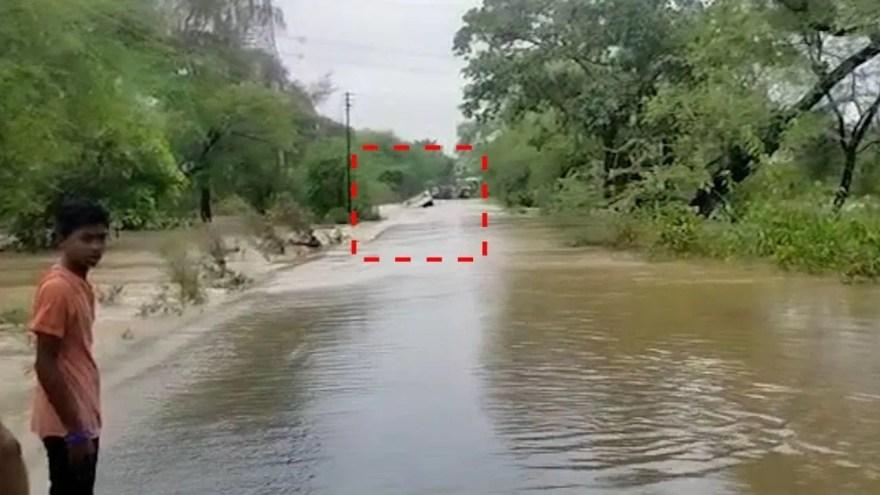 महाराष्ट्र: साहस बना दुस्साहस, बाढ़ के पानी में बह गई बस, 4 की मौत, 2 को बचाया गया