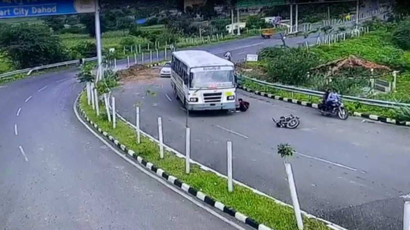 तेज रफ्तार बस के नीचे आ गया बाइक सवार, लेकिन फिर जो हुआ वो किसी चमत्कार से कम नहीं, देखें खौफनाक वीडियो