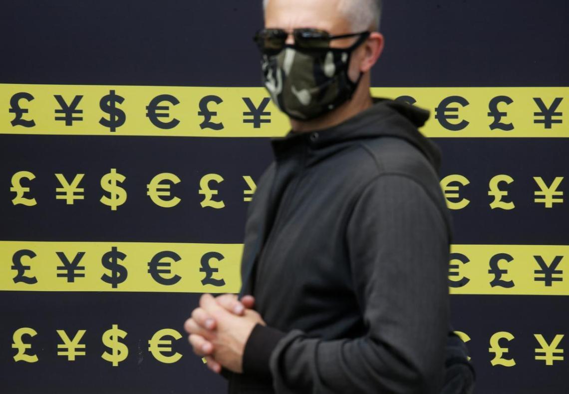 Гривня продолжает падать к доллару и евро /REUTERS