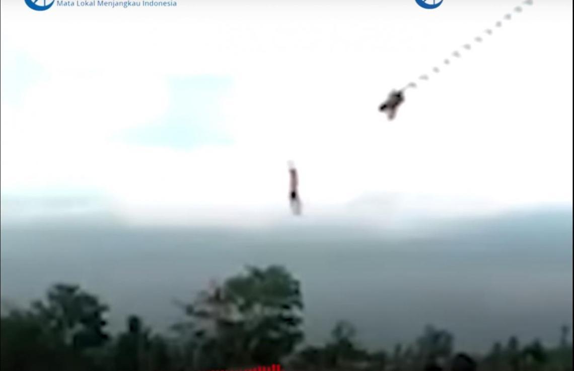 Люди, наблюдавшие за падением мальчика, немедленно бросились ему на помощь/ скриншот из видео
