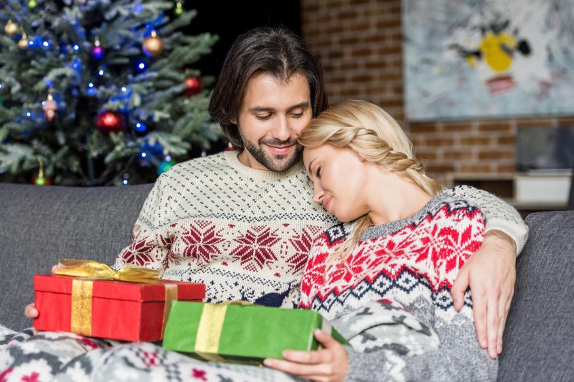 Новогодние подарки - что подарить парню и девушке / фото ua.depositphotos.com