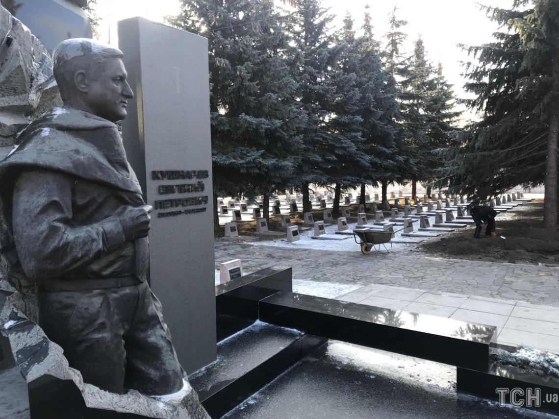 В Харькове рабочие вручную копают могилу для Кернеса / фото ТСН.иа