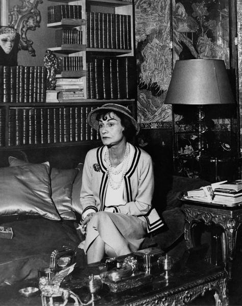 1960, la designer francese Coco Chanel nel suo appartamento al RItz di Parigi. Foto Getty