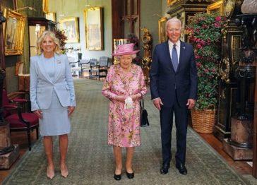 Fiori e sfumature di blu, i look di Elisabetta a Windsor con i presidenti degli Stati Uniti