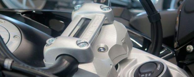 Durch die Lenkerplatte von MV Motorrad-Technik soll die Bagger noch individueller und tourentauglicher werden. Der Lenker kommt 60 mm näher und 60 mm höher und der Umbau dauert nur knapp 30 Minuten.