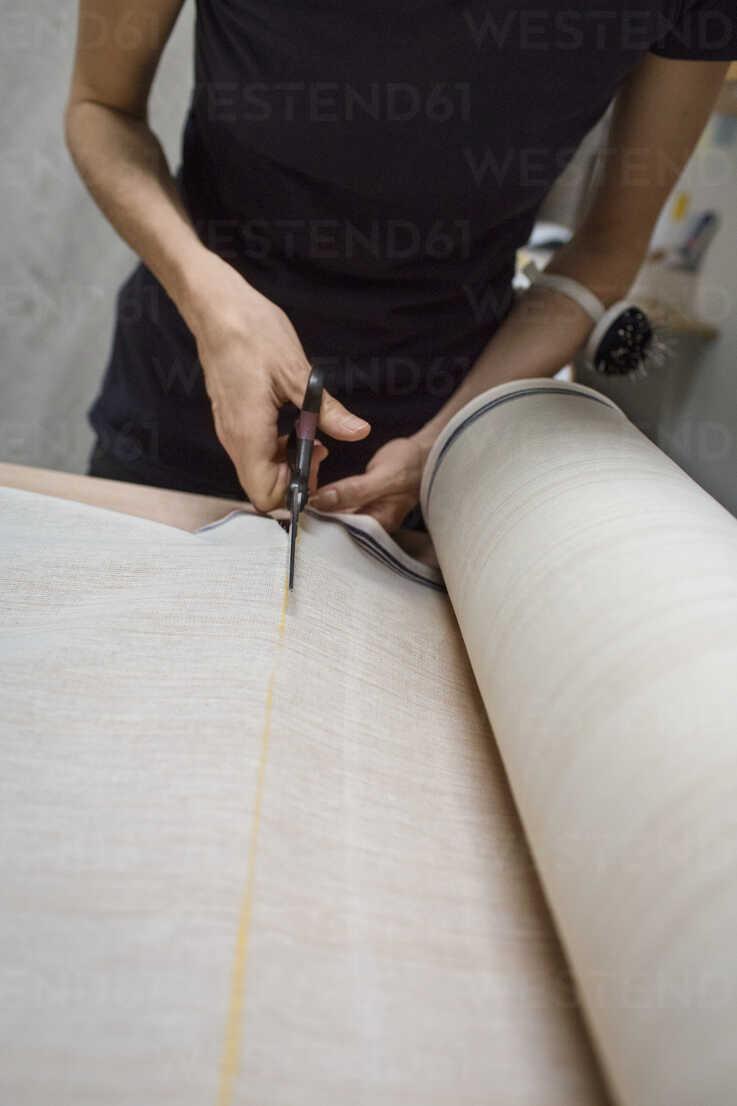 https www westend61 de en imageview cavf47273 fashion designer cutting fabric on table in workshop