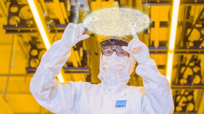 Un tecnico al lavoro nella nuova fabbrica di chip di Bosch a Dresda (foto ufficio stampa)