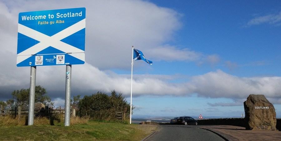 Cop 26, arrivare non sarà semplice per molti delegati. Nella foto, cartello di ingresso in Scozia