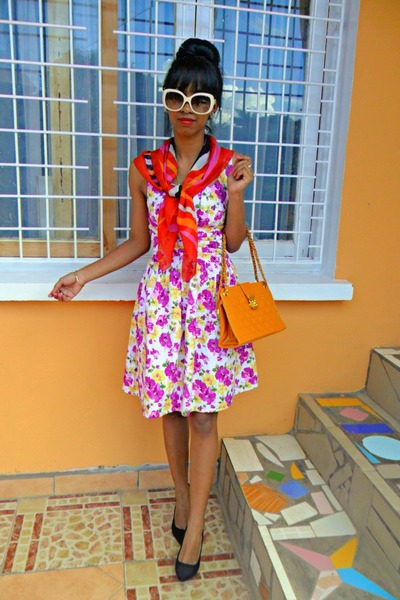 Magenta-floral-dress-orange-bag_400