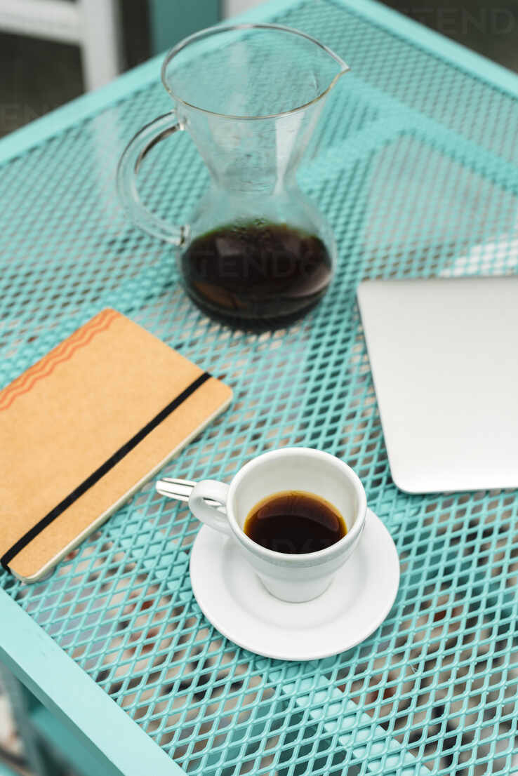 https www westend61 de en imageview jmpf00449 notepad laptop coffee cup and pot kept on table at cafe