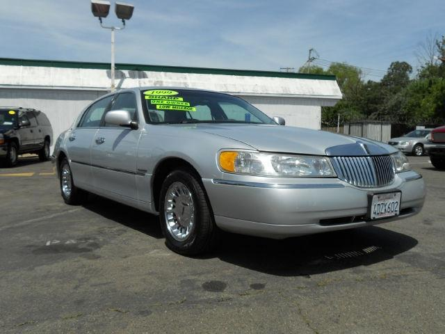 1999 Lincoln Town Car Review