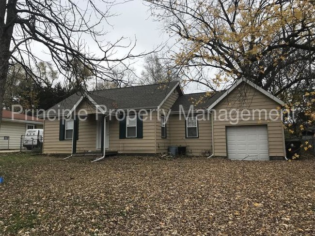 Primary Photo House In Central Peoria With Attached Garage
