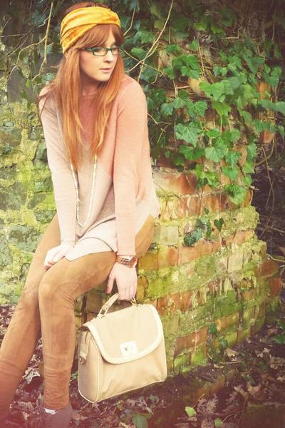 Light-pink-metallic-sweater-bronze-suede-m-s-leggings-gold-turban-crown-and-_400