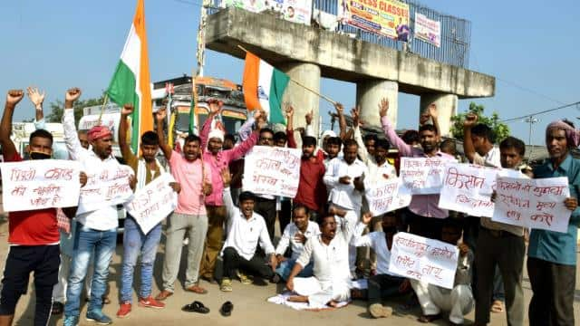 farmers of jagdishpur of bhojpur of bihar protest over agriculture bill and they blocked nh-30