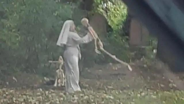 रोज कब्रिस्तान में जाकर कंकालों के साथ खेलती है यह महिला, तस्वीर वायरल